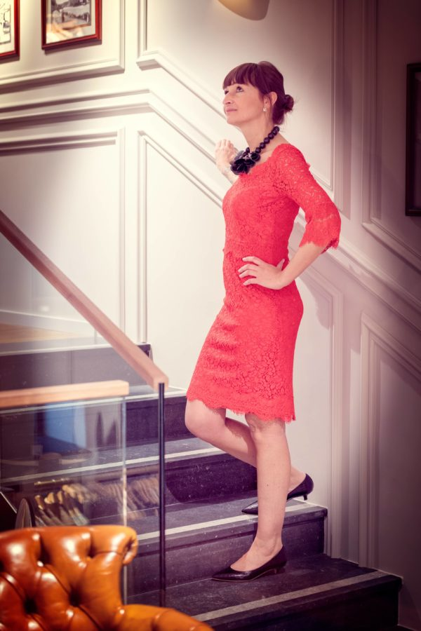 robe rouge Riani / collier Antùra / chaussures Morobé