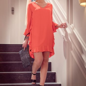 Photo escalier robe corail It's a Party Dress /chaussures Morobé / pochette Linde Gallery / boucles d'oreilles Antùra